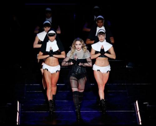 Polémique: Madonna dénude une fan sur scène