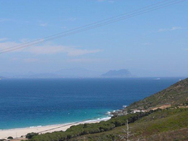 Gibraltar au loin, vu depuis la côte marocaine
