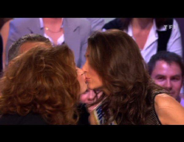 Laury Thilleman (Miss France 2011) et Armelle se roule une pelle chez Arthur