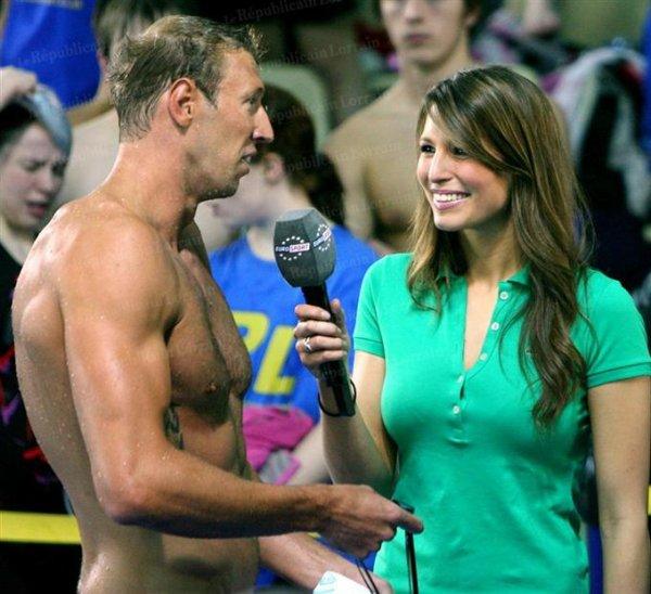 Laury Thilleman, ici avec le champion olympique de natation Alain Bernard .