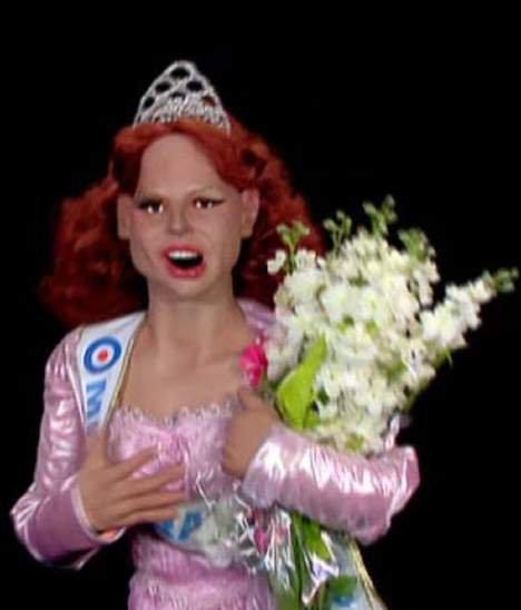 Delphine Wespiser adore sa marionnette aux guignols de l'info