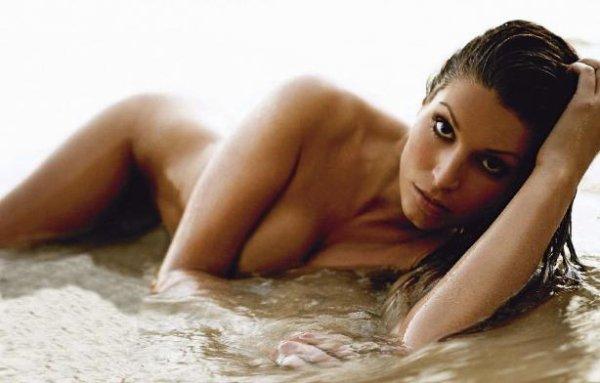 Laury Thilleman pose nue pour Paris Match