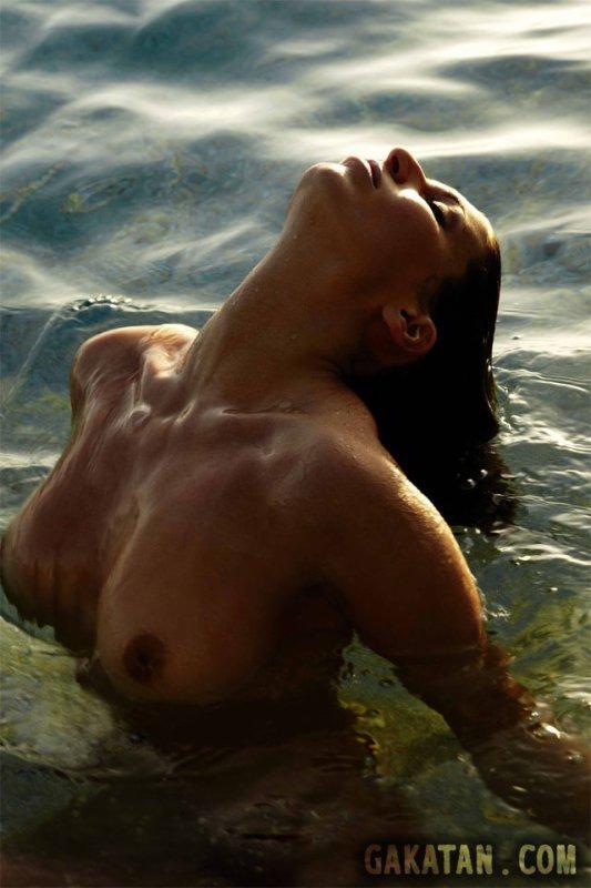 Laury Thilleman à nouveau nue !