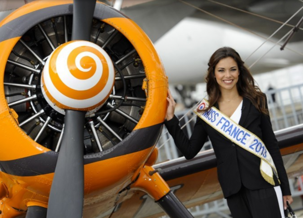 Miss France au salon de l'aéronautique .