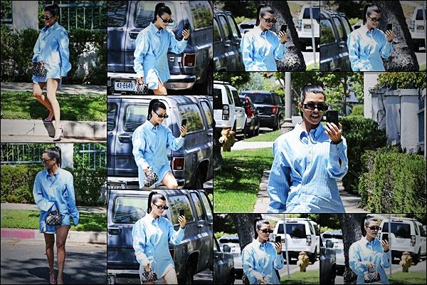 02/06/18 - MissKourtney, accroc à son téléphone et de meilleure humeur, a été vue en pleine rue à Los Angeles. C'est dans la même journée qu'elle a été aperçue dans le célèbre quartier de Calabasas toute seule et en tenue décontractée. TOP pour Kourtney !