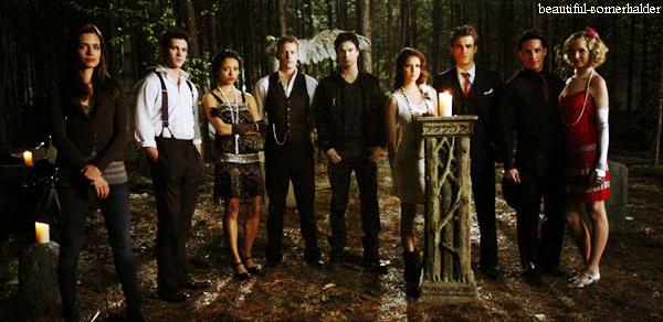 _________________________ Vidéos promotionnelles du 3x21 « Before Sunset » qui sera diffusé le 3 mai. _________________________ Synopsis : Klaus passe à l'action en tentant de quitter Mystic Falls avec Elena mais un nouvel ennemi surprenant va s'interposer. Bonnie fait appel à Abby afin de l'aider pour un sortilège complexe. Alors que les évènements deviennent incontrôlables, Elena est déterminée à protéger Caroline, Damon et Stefan quant à eux, mobilisent l'aide de Tyler pendant que Bonnie et Jeremy prennent un risque terrifiant afin de s'assurer que le sortilège est efficace. C'est avec grande surprise que Damon et Stefan ont une conversation candide sur l'avenir.  _________________________