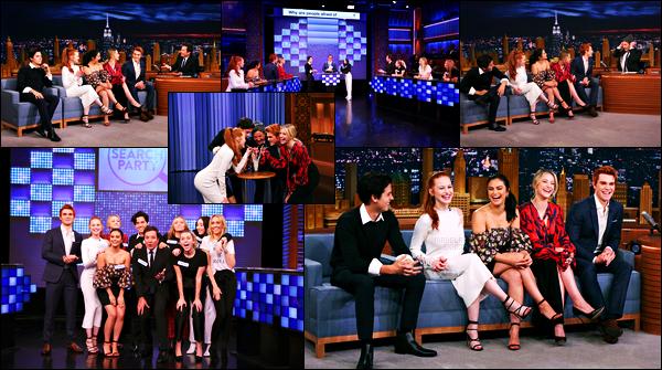 . 03.10.17 - Madelaine Petschet une partie du cast de Riverdalese sont rendu sur le plateau de The Tonight Show, NY. C'est donc en compagnie des acteurs de Riverdale que la bombe rousse s'est rendue à l'émission pour le coup j'adore cette tenue, un top .