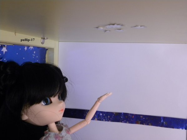 Séance photo de Kim dans sa chambre.