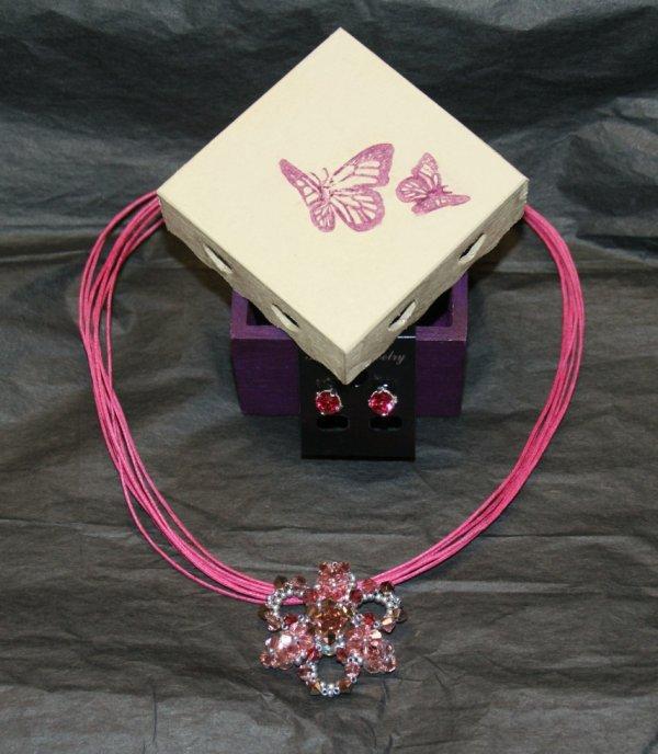 parure avec pendentif flower et sa boîte papillons