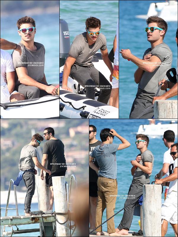 . Zac a été vu en vacances avec des amis à St Tropez, le 04 juillet. .