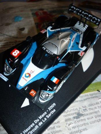 La Peugeot à reçu ses décalques, en attendant d'avancer sur la Bugatti !!