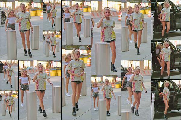 - -'20.07.17'-''─''Hailey Baldwin arrivait au « Barclays Center » de Brooklyn, pour le concert de Kendrick Lamar ![/s#00000ize]La jolie blonde était accompagnée d'une de ses amies, pour se rendre au concert du chanteur. Une tenue assez décontractée pour notre miss H. Baldwin. -