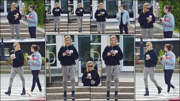 - '-03/09/17-'''✈''Hailey Baldwin quittait un commerce de « Starbucks Coffee » avec une amie dans White Plains. Les tenues décontractées sont de mise depuis un certain temps avec notre belle mannequin américaine... Il n'y a franchement rien à redire sur sa tenue !-