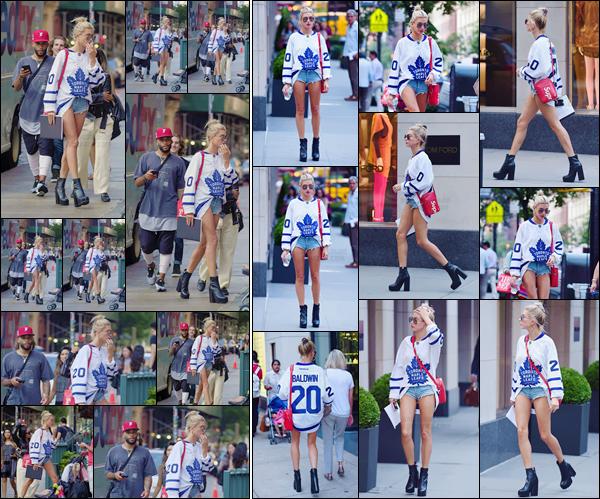- '-05/09/17-'''✈''Hailey Baldwin a été aperçue dans les rues de New York, ce après avoir quitté son appartement. Carnet à la main, la blondinette semble avoir fait un arrêt chez elle pour s'en débarrasser... Elle arborait un maillot d'hockey des Mapple Leafs de Toronto.-