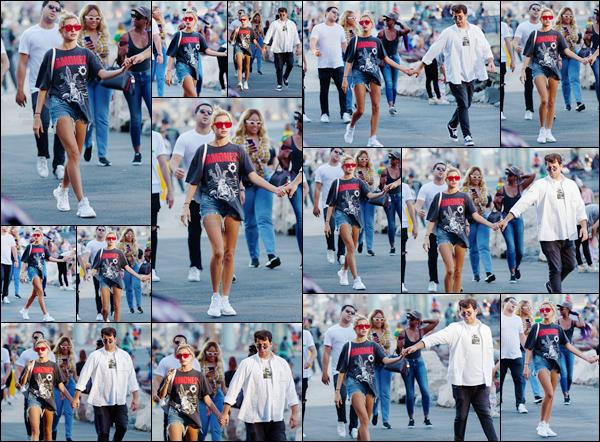 - '-05/09/17-'''✈''Hailey Baldwin se trouvait dans le « Bridge Park » à Brooklyn, avec son bon ami Daniel Chetrit. La belle mannequin américaine arborait une tenue des plus décontractée, avec un t-shirt du mythique groupe des Ramones. Un joli top pour notre Hailey.-