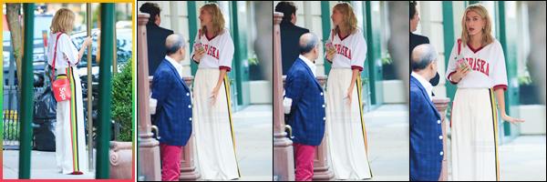 - '-07/09/17-'''✈''Hailey Baldwin a été vue devant la façade d'un restaurant, qui se trouve dans l'Upper East Side. Hailey arborait une tenue dans les tons clairs, dont un t-shirt imprimé Nebraska et son fameux sac Supreme de Louis Vuitton... C'est un top pour ma part.-