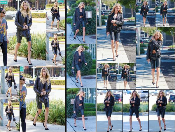 - '-17/10/17-'''✈''Hailey Baldwin était de sortie dans le quartier de Beverly Hills, en compagnie d'une bonne amie. Toujours dans la ville des anges, la belle nous offre une jolie sortie dans une tenue composée de noir et de cuir. Qui pour ma part, est un coup de c½ur !-