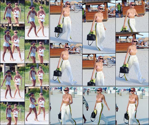 '- '-•-01/01/18 -'''─''Hailey Baldwin se trouvait à nouveau sur une des plages de la  célèbre ville de Miami, encore en Floride. Pour la nouvelle année qui débute à peine, Hailey nous offre un nouveau lok : des cheveux roses ! Elle profite visiblement de ses vacances sous le soleil.-