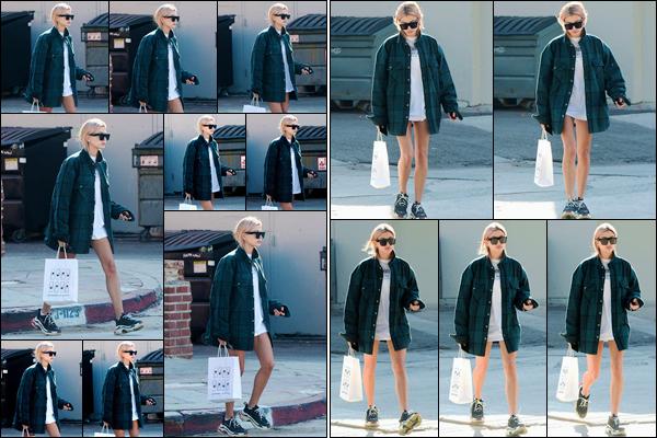 '- '-▬-11/01/18 -' : Hailey Baldwin quittait le commerce « Pressed Jucery » se situant dans la ville de Los Angeles. La belle enchaîne les sorties en ville ! Simplement fatiguée ou juste exaspérée, mais Hailey B. ne semble pas enchantée de voir les photographes dehors.-