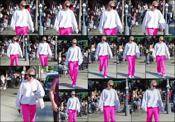 '- '-▬-12/01/18 -' : Hailey Baldwin allait prendre le déjeuner au « Urth Caffé » avec son père, à West Hollywood. Une énième fois, Hailey sort en ville dans ses tenues les plus simples et décontractées. On peut dire bye bye aux cheveux roses de la belle mannequin...-