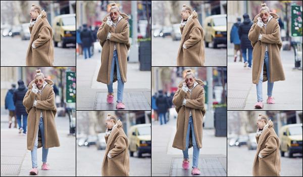 '- '-▬-16/01/18 -' : Hailey Baldwin se promenait en solitaire, dans les rues du quartier très huppé de Manhattan. En pantoufles et grosse doudoune, c'est ainsi que nous retrouvons Hails en parlant au téléphone chez elle, à New York. Je suis mitigée quant à la tenue.-