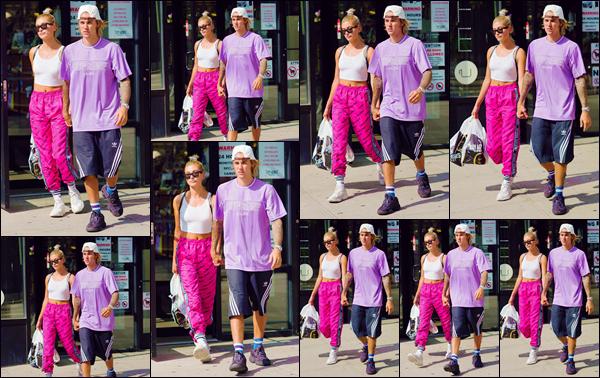 - ''•-26/07/18-' : Hailey Baldwin quittait les lieux du « City Acres Market » avec Justin dans la ville de New York. Les amoureux sont à présent de retour dans la Grosse Pomme, où réside à temps plein la jeune mannequin américaine ! Quant à sa tenue, c'est un flop. -