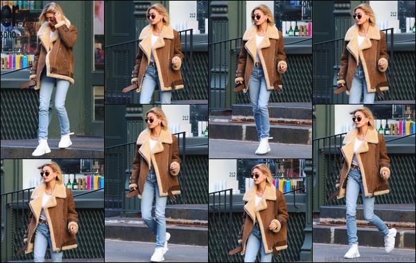 - ''11/12/2018''•La jolie Hailey Baldwin quittait le salon de coiffure « Cutler Salon », qui se situe à New York. Hailey B. a décidée de se couper encore une fois les cheveux plus court ! Concernant sa tenue, c'est simple, je lui accorde un beau top ! -