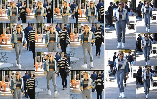 - ''13/12/2018''•Hailey Baldwin a été vue alors qu'elle arrivait au café « Blue Bottle Coffee », à Beverly Hills. Un peu plus tard, Hailey B. a été photographiée alors qu'elle quittait les lieux avec une boisson à la main. Côté tenue, c'est un petit bof. -