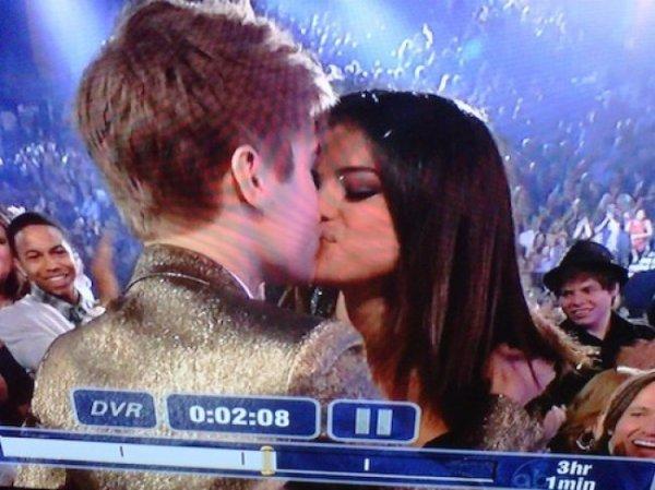 Le baiser entre Justin et Selena fait réagir sur twitter