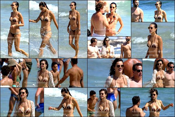 - • 09/07/17: La belle Alessandra Ambrosio a été aperçue en compagnie de ses proches sur une plage à Ibiza Alessandra profite de ses vacances et du soleil d'Ibiza avec ses proches et son fiancé Jamie Mazur. J'aime bien son bikini et ses lunettes. TOP -