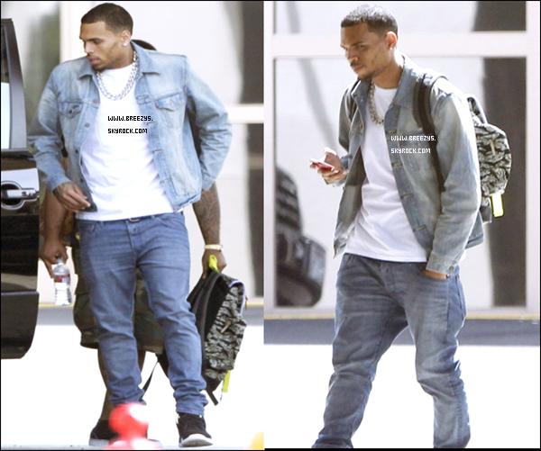 """. Découvre La Derniere Sorti de Chris Brown Dans Un Magasin de Voiture de """"Land Rover"""" a Encino, California. Des Photos a été Poster Sur Son Compte Instagram .Ton Avis ! ."""