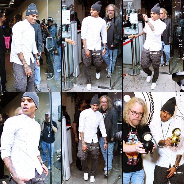 """. ♦ Breezys : - Chris a été vu dans Melrose Avenue pour lasortie des Figurines """"DumEnglish"""". Photos de Chris postées surInstagram!  ."""