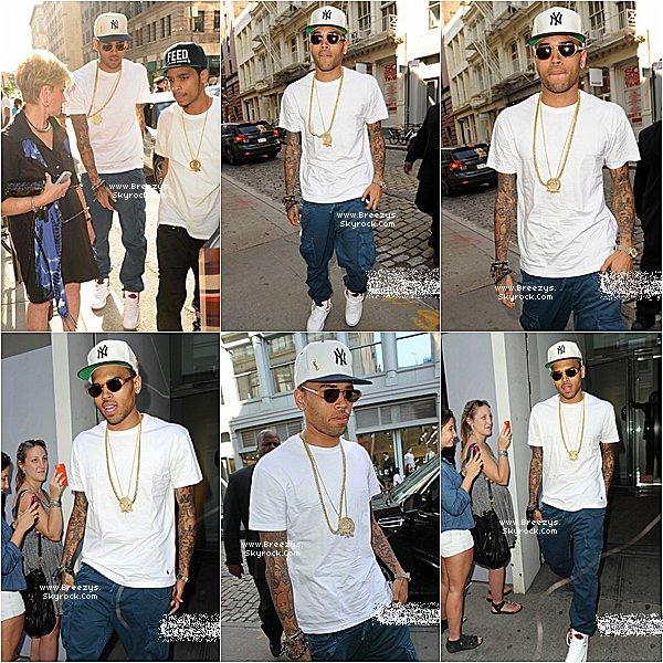 """. ♦ Breezys : -09/06/12:Notre Chris Brown vus quittant le studios """"BET """"aujourd'hui à """"New York."""".  ."""