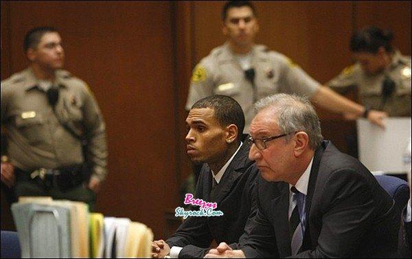 . Chris B. apperçu en quittant sa maisonpour se dirige vers le tribunaltoujours dans le cadre de sa probation a Los Angeles. .