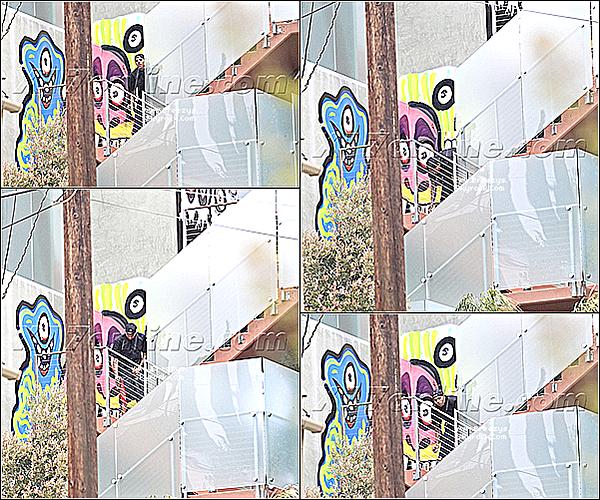 . 24.04.2013 : Le beaux Chris a été photographiée en Train de peindre les murs de sa maison. .