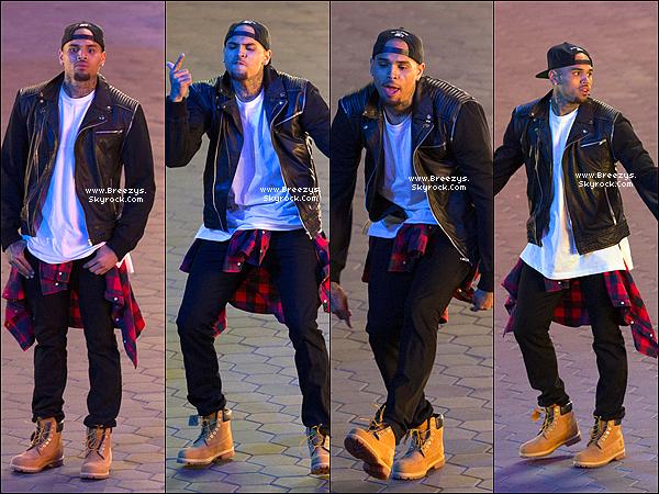 """. 24.02.2014 : Chris a été repérer sur le tournage de """"Loyal"""" a City Walk sur Hollywood. ."""