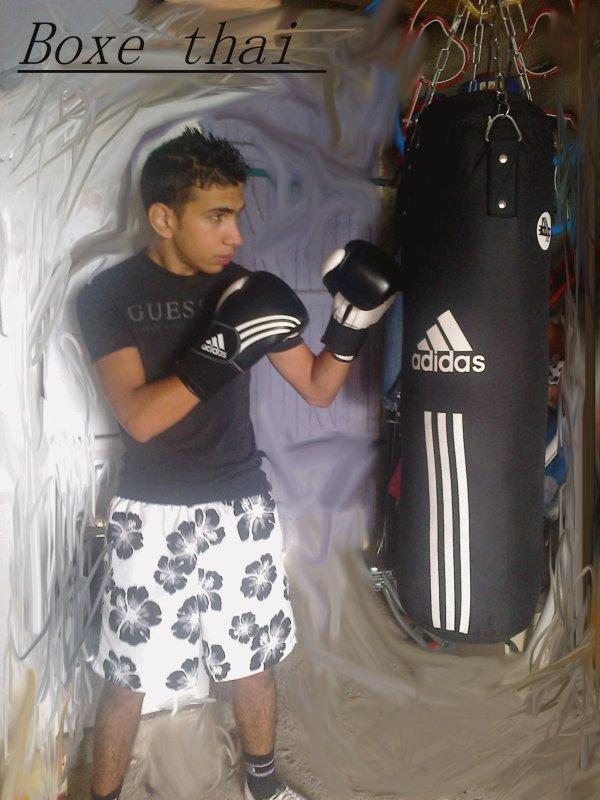 Mwa en plein entrainement de boxe thaii !! Uss Usss