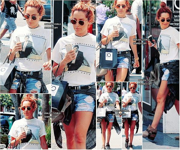 13.08.2015 - C'est seule qu'Ashley s'est offerte une journée shopping à Beverly Hills