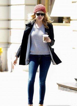 Emma et Andrew ont été vu dans les rues de NYC dimanche dernier (soit le 21 avril). C'est un Top pour la tenue d'Emma parce que j'adore ses chaussures ses lunettes et son bonnet !