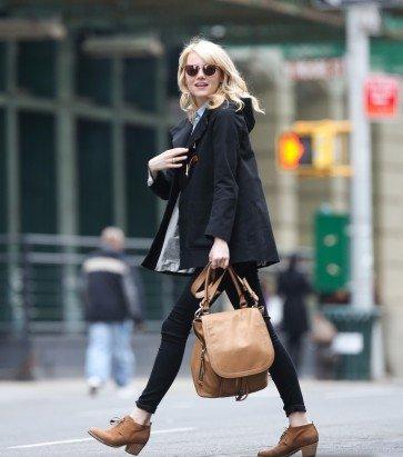 Hier, Emma a été vue dans les rues de NYC. Coté tenue, la jeune actrice est abonnée au Top car cette tenue est très réussie. J'adore le sac !