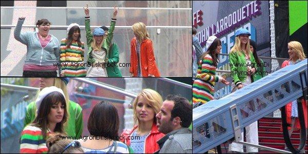 _______________________________________On the set_________________________________ Voici les photos de tournage de Glee qui se déroule actuellement à New York. Comme vous devez le savoir, il s'agit de l'épisode des nationales. Pas de trace de Naya Rivera (as Santana Lopez) et de Amber Riley (as Mercedes Jones). De très belles photos tout de même, l'épisode de clôture de la saison 2 sera plus que superbe, j'en mettrais ma main à couper ! Au passage, j'adore le manteau que porte Dianna ainsi que celui que la tenue que porte Lea Michele. Depuis quand Rachel est une icon de mode ? o.O