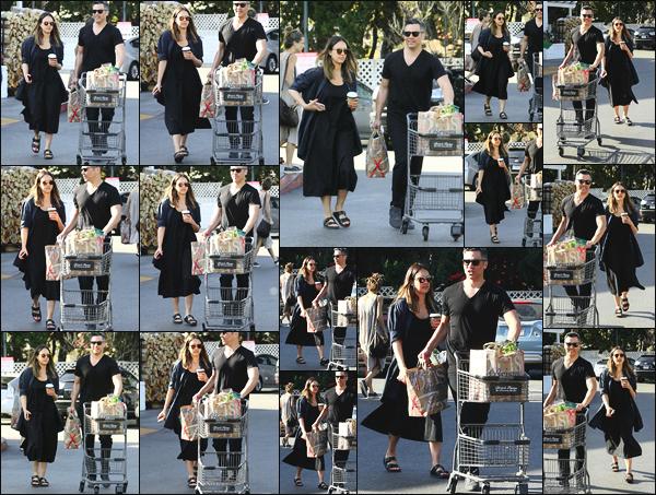 -14/04/2018- ─ Jessica Alba a été photographiée, alors, qu'elle quittait le magasin « Bristol Farms » étant à Beverly Hills !Après quelques jours sans nouvelles de notre belle actrice Jessica, la voila ailleurs que sur le lieu du tournage ! Sa tenue c'est un petit top pour ma part !