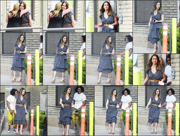 -21/04/2018- ─ Jessica Alba a été photographiée, alors, qu'elle quittait le domicile d'une amie, étant, dans Santa Monica !Enfin d'autres nouvelles de l'actrice Jessica autre que sur le lieu de son tournage ! Cela fait plaisir... Concernant sa tenue, c'est un jolie top, de ma part !