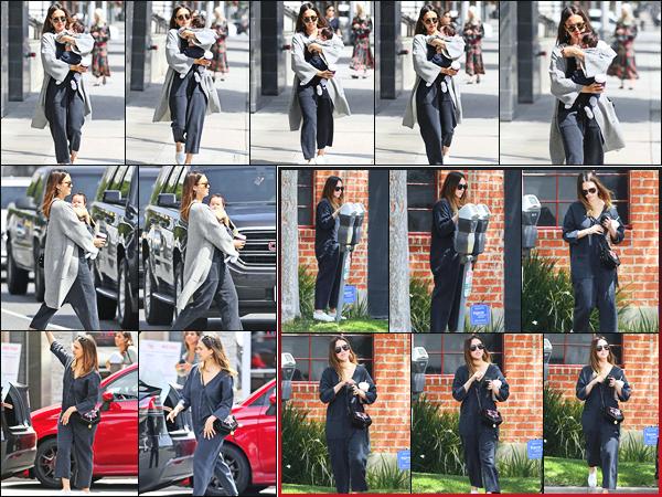 -24/04/2018- ─ Jessica Alba a été photographiée, alors, qu'elle faisait du shopping, avec son petit garçon, à Los Angeles !Plus tôt, la belle actrice Jessica A. a été photographiée alors qu'elle quittait un studio à Santa Monica. Concernant ses tenues, c'est deux bof de ma part !