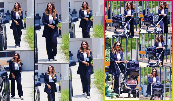 -05/06/2018- ─ Jessica Alba a été photographiée, alors, qu'elle se promenait dans les rues dans la ville dans Los Angeles !Notre actrice Jessica se promenait en compagnie de son fils, Hayes, en poussette... Concernant la tenue de celle-ci, c'est un très jolie top pour ma part !