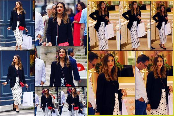 -12/06/2018- ─ Jessica Alba a été photographiée, alors, qu'elle quittait la boutique « Roger & Gallet », étant - dans Paris !Notre actrice Jessica est donc désormais dans notre capitale, où elle profite de son temps libre ! Concernant sa tenue, c'est un très beau top de ma part...