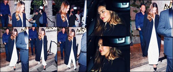 -18/09/2018- ─ Jessica Alba a été photographiée alors qu'elle quittait le restaurant « Avra Estiatorio », dans Beverly Hills.Notre belle actrice J. était en compagnie de quelques amis et son mari pour cette sortie au restaurant Grecque ! Concernant sa tenue, c'est un petit top !