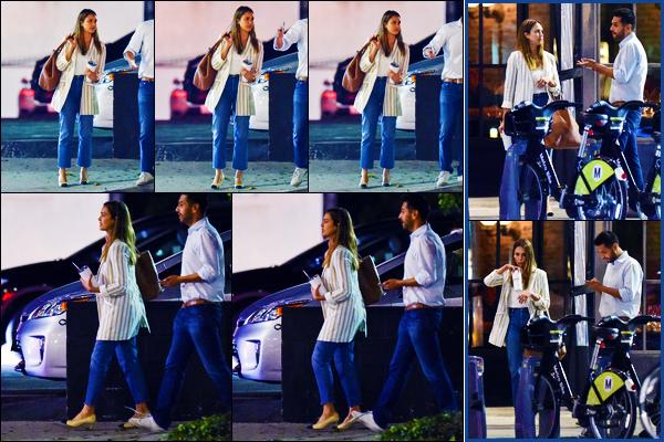 -14/08/2018- ─ Jessica Alba a été vue alors qu'elle quittait le restaurant Italien « Scopa Italian Roots » dans Los Angeles.Notre belle actrice Jessica Alba est sortie du restaurant avec des amis et une boisson à la main ! Concernant sa tenue, c'est un très beau top de ma part !