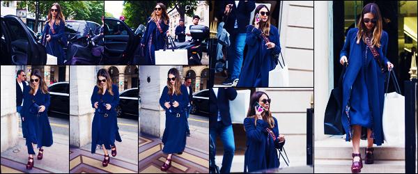-13/06/2018- ─ Jessica Alba a été photographiée alors qu'elle faisait du shopping dans les rues dans la ville étant à Paris !Notre actrice Jessica Alba a fait du shopping dans les boutique « Celine » ainsi que « Yves Saint Laurent » à Paris. Concernant sa tenue, un très beau top