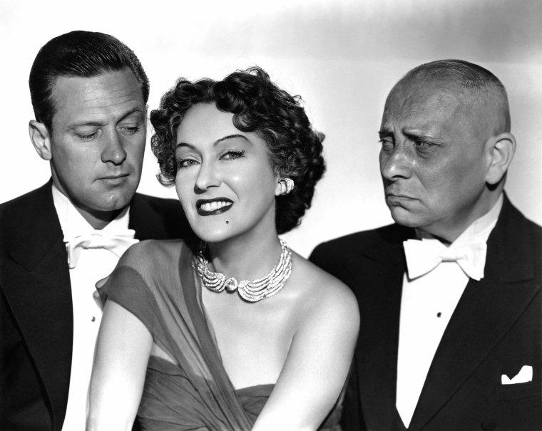 """FILM / """"Boulevard du crépuscule"""" (Sunset Boulevard ou Sunset Blvd.) est un film noir américain, réalisé et co-écrit par Billy WILDER, sorti sur les écrans en 1950, mêlant drame et humour noir. Il tire son nom du célèbre Sunset Boulevard, qui traverse Los Angeles et Beverly Hills, bordé de villas de vedettes hollywoodiennes / SYNOPSIS /  La scène d'ouverture présente le cadavre d'un homme assassiné qui flotte sur le ventre, dans une piscine. Un narrateur explique que l'homme était un scénariste raté. Commence alors un flashback, tandis que le narrateur, un certain Joe GILLIS (William HOLDEN), criblé de dettes, décrit sa tentative de fuir deux agents venus le trouver pour saisir son automobile. Au cours d'une course-poursuite sur Sunset Boulevard, GILLIS crève un pneu et parvient presque par hasard, comme un tour de force du destin, à les semer en parquant son véhicule dans une allée privée. Il le gare dans le garage d'une villa qui semble abandonnée, mais une voix de femme l'appelle et un domestique allemand, Max (Erich Von STROHEIM), le fait entrer. La propriétaire, une vieille femme, le prend pour un croque-mort venu livrer un cercueil pour son chimpanzé mort. GILLIS reconnaît Norma DESMOND (Gloria SWANSON), une vieille gloire du cinéma muet tombée dans l'oubli. Apprenant qu'il est scénariste, elle lui propose de l'employer pour mettre en forme un scénario sur Salomé, qu'elle a l'intention d'incarner pour son retour. GILLIS saisit cette chance de gagner de l'argent. Joe se retrouve bientôt totalement dépendant financièrement de Norma, qui lui offre vêtements et cadeaux. Gêné par cette situation, il ne fait cependant rien pour la changer. Le dégoût le gagne quand Norma lui révèle au soir du 31 décembre qu'elle l'aime. Repoussant ses avances, il rejoint une fête organisée par un ami et discute avec une jeune femme ambitieuse, Betty (Nancy OLSON), qui se montre intéressée par l'un de ses projets. Mais lorsqu'il téléphone chez Norma DESMOND pour annoncer son départ, il"""